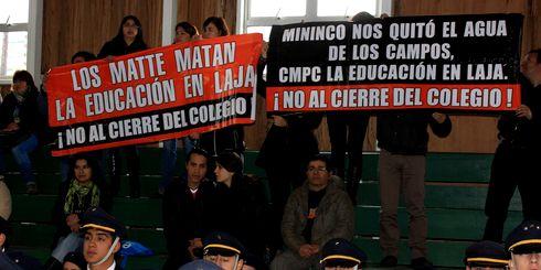 Lajino.cl es Laja en Internet // Un grupo de padres y apoderados del Colegio San Jorge protestaron de forma pacífica por anunciado cierre del establecimiento