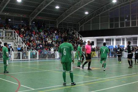 Showbol enfrentó a ex futbolistas profesionales con un competitivo combinado local