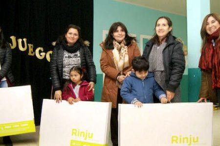 Escolares de pre kínder reciben kit 'Rincón de Juego' en escuela Nivequetén